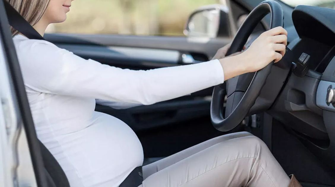 به نحوه بستن کمربند ایمنی ماشین و نحوه تنظیم صندلی دقت کنید.